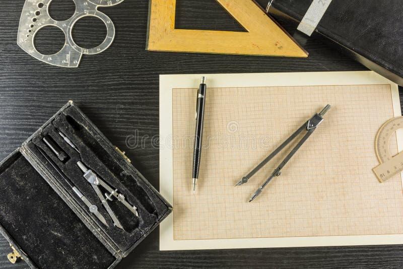 Carta millimetrata attingente tecnica - attrezzatura utile immagini stock libere da diritti