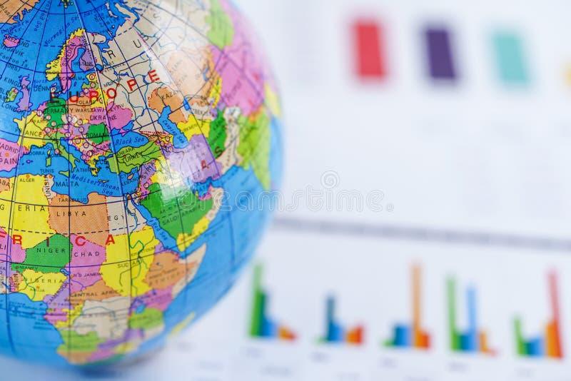 Carta millimetrata del grafico con la mappa di Europa del mondo del globo sopra Finanza, conto, statistiche, investimento, econom immagini stock libere da diritti