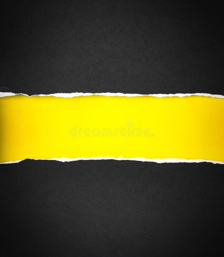 Carta nera lacerata e spazio per testo con fondo di carta giallo immagini stock
