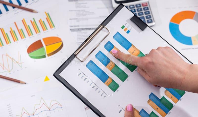 carta o diagrama del mercado de la contabilidad financiera del analytics de la empresaria fotografía de archivo