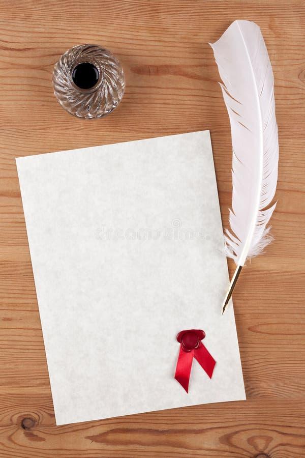 Carta pergamena in bianco con il pozzo rosso della spoletta e dell'inchiostro della guarnizione della cera immagine stock libera da diritti