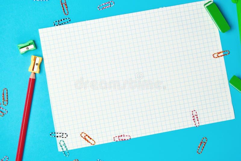 carta quadrata bianca pulita e matita di legno rossa con un'affilatrice immagine stock libera da diritti
