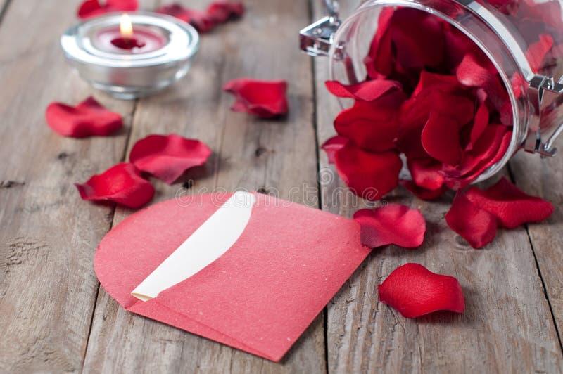 Carta romántica con los pétalos imágenes de archivo libres de regalías