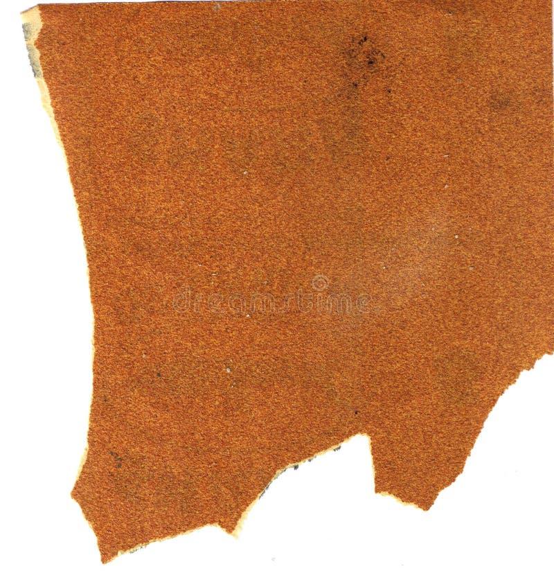 Carta vetrata di legno grezza usata sporca con i bordi irregolari su fondo bianco fotografia stock libera da diritti