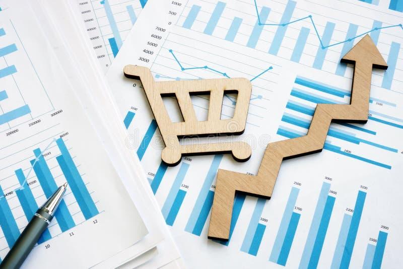 Carta y carro de la compra de crecimiento de las ventas Estrategia del éxito en negocio imagen de archivo libre de regalías