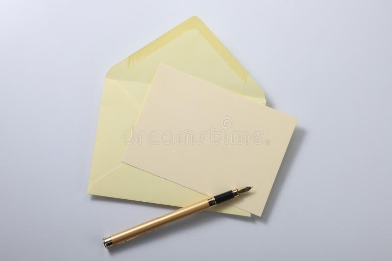 Carta y pluma del sobre fotografía de archivo libre de regalías