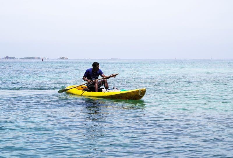 CARTAGENA, КОЛУМБИЯ, 12-ОЕ АВГУСТА 2018: Человек в желтом каяке около Марины Cartagena стоковое фото rf