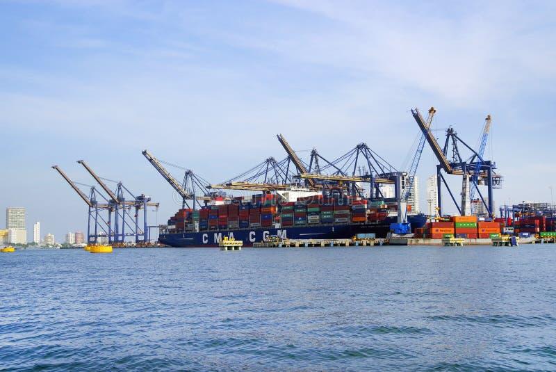 CARTAGENA, COLOMBIA - AUGUSTUS 08, 2018: Groot die vrachtschip met vele verschepende containers wordt geladen stock afbeeldingen