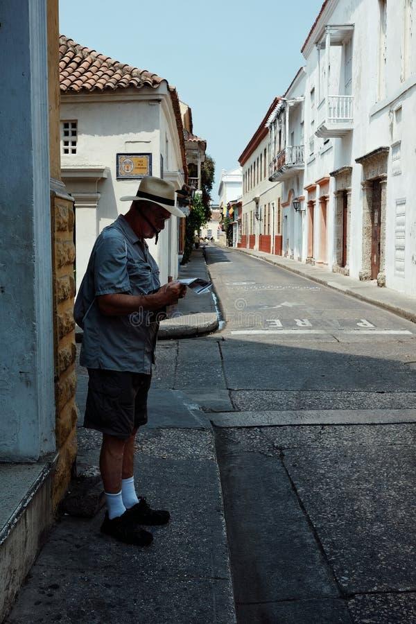 Cartagena/Colombia - 19 BRENGEN 2016 in de war: mens die een kaart controleren op de straat in het historische deel van de stad royalty-vrije stock foto's