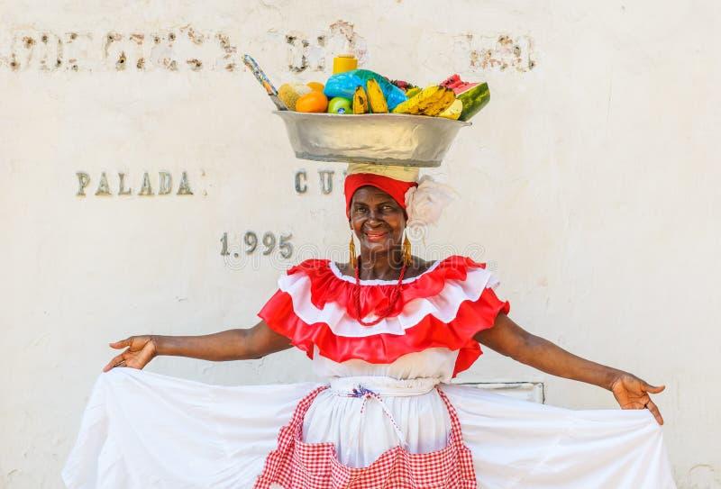 CARTAGENA, COLOMBIA - December, 02: De Palenqueravrouw verkoopt fruit stock afbeelding