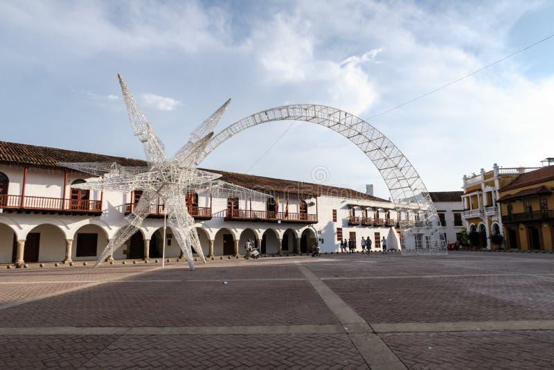 Cartagena de Indias, Bolivar/Colombia, 10 décembre 2017 : Une décoration lumineuse de Noël en forme d'étoile filante sur un carré image libre de droits