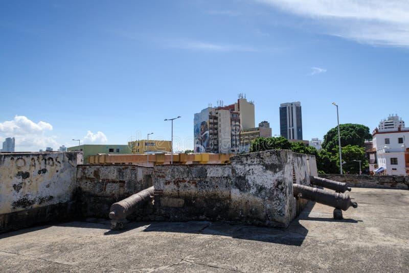 Cartagena de Indias, Bolivar/Colombia, 13 december 2017: Defensiv mur framför skylinen vid den vajrade staden Cartagena i Colombi royaltyfria foton