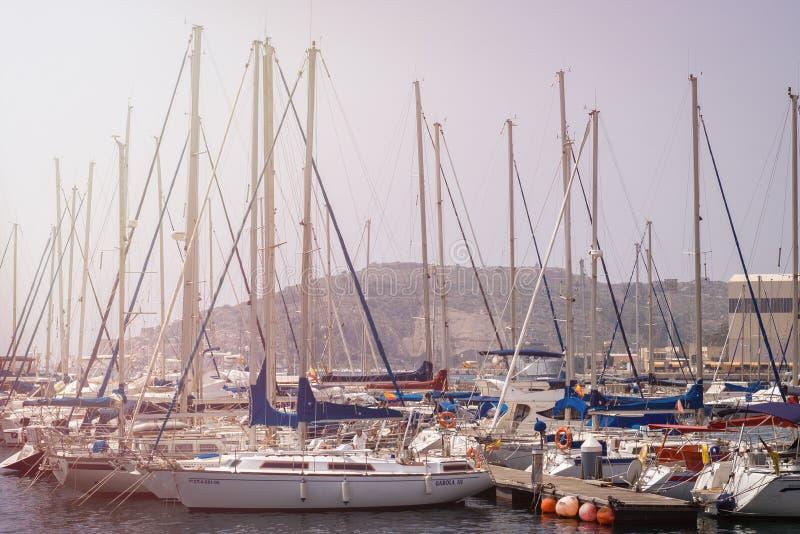 CARTAGENA, ESPANHA - PODEM, 12 - 2009: Porto bonito em Cartagena, Espanha Iate luxuosos e barcos a motor caros Cartagena - mim imagens de stock royalty free