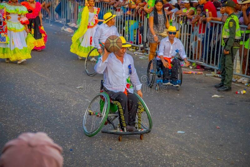 CARTAGENA, KOLOMBIA - 07 LISTOPADA 2019 R.: Niezidentyfikowani ludzie idący na ulice w stronę parady niezależnych dni obraz royalty free