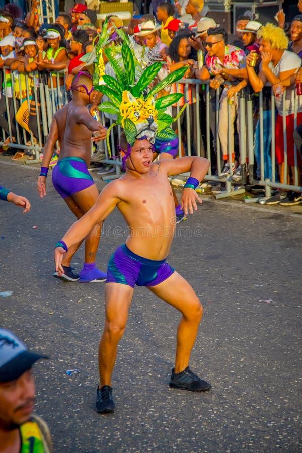 CARTAGENA, KOLOMBIA - 07 LISTOPADA 2019 R.: Niezidentyfikowani ludzie paradują na paradzie niezależnego dnia na ulicach obraz royalty free