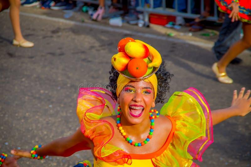 CARTAGENA, KOLOMBIA - 07 LISTOPADA 2019 R.: Niezidentyfikowani ludzie paradują na paradzie niezależnego dnia na ulicach fotografia stock