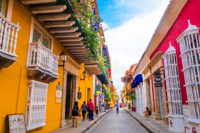CARTAGENA, KOLUMBIA, PAŹDZIERNIK, 30, 2017: Niezidentyfikowani ludzie chodzi obrazki w Cartagena miasta ulicie z i bierze obrazy stock