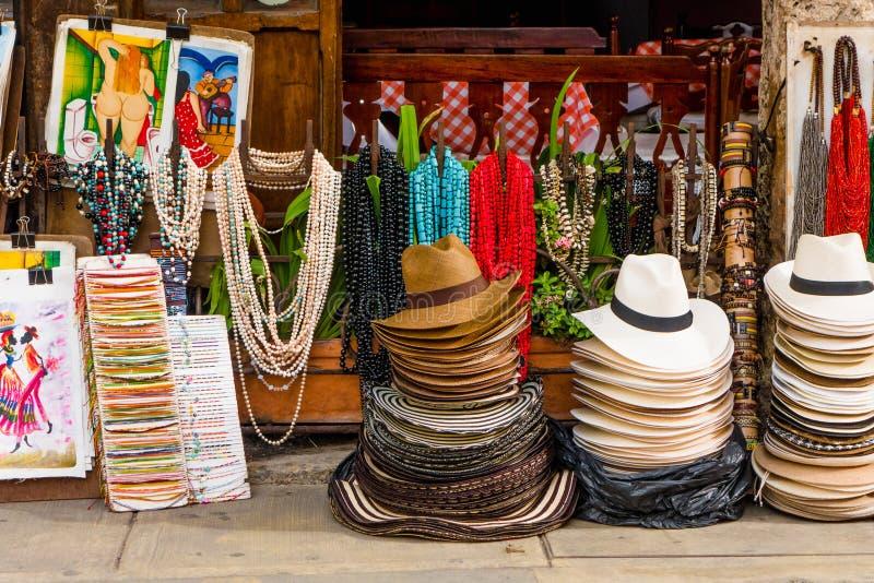 CARTAGENA KOLUMBIA, PAŹDZIERNIK, -, 27, 2017: Zamyka up barwioni kolumbijscy kapelusze i rękodzieła w jawnym rynku wewnątrz obrazy stock
