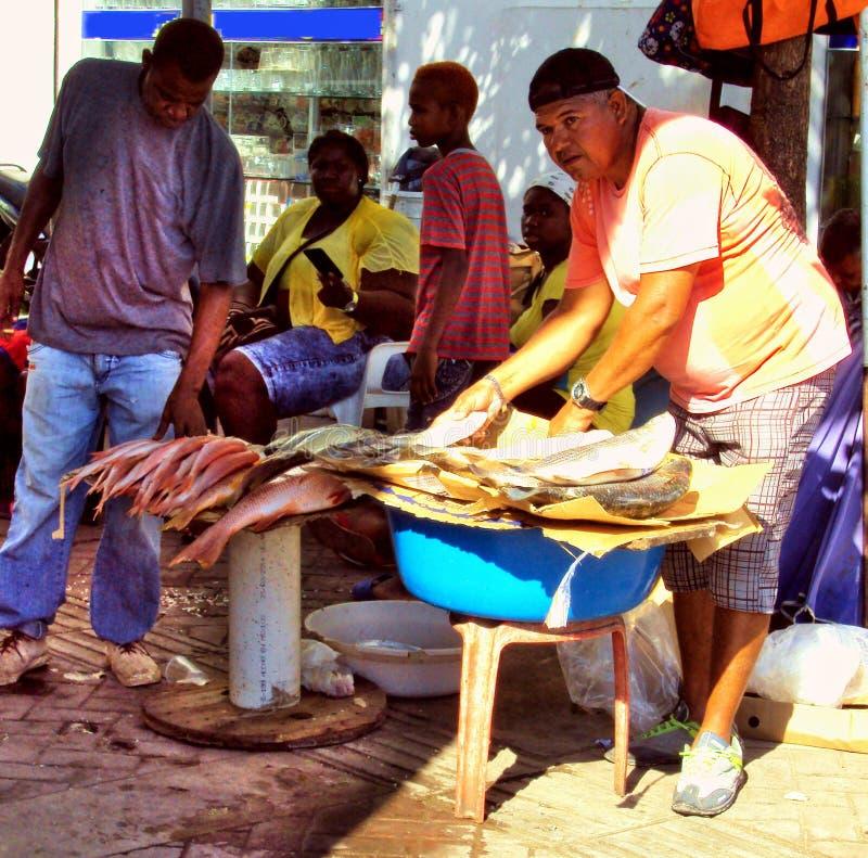 Cartagena, Kolumbien am 19. November 2010/A lokaler Fischer verkauft h lizenzfreie stockbilder