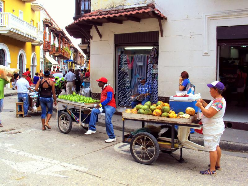 Cartagena, Kolumbien am 19. November 2010/Straßenhändler des Lebensmittels herein lizenzfreies stockfoto