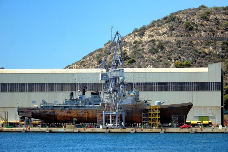 Cartagena, Múrcia, Espanha - 17 de agosto de 2018: Um navio de guerra espanhol da marinha que está sendo reparado em uma doca sec fotos de stock royalty free