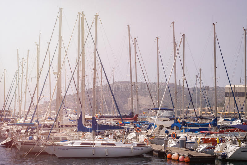 CARTAGENA, SPANIEN -, KÖNNEN 12 - 2009: Schöner Jachthafen in Cartagena, Spanien Luxusyachten und teure Motorboote Cartagena - ic lizenzfreie stockbilder