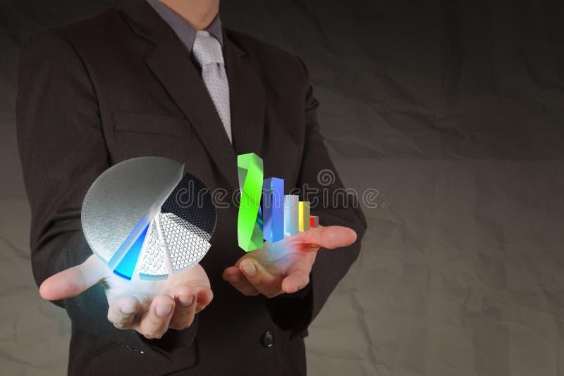 Cartas de show business de la mano del hombre de negocios con el backgr de papel arrugado imagen de archivo libre de regalías