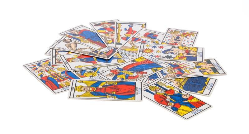 Cartas de tarot adivinatorias dispersadas con los dibujos fotografía de archivo libre de regalías