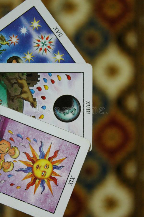 Cartas de tarot con cristalino - composición de objetos esotéricos fotos de archivo libres de regalías