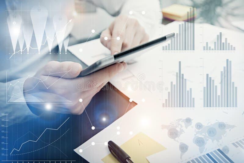 Cartas de trabalho do mercado do departamento da analítica da foto Processo do trabalho de Manager do banqueiro Use dispositivos  fotos de stock royalty free