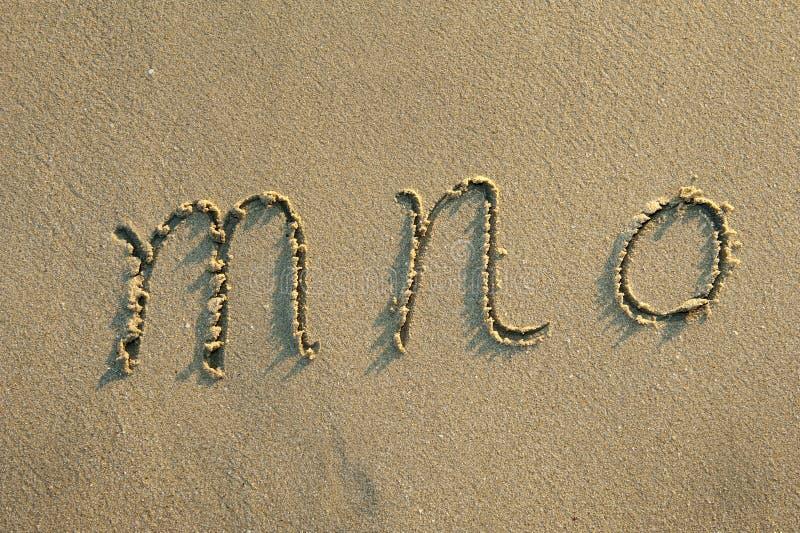 Cartas del alfabeto en arena en la playa foto de archivo libre de regalías