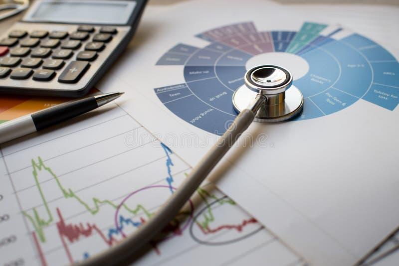 Cartas del análisis financiero de la práctica médica con el estetoscopio y imagen de archivo libre de regalías