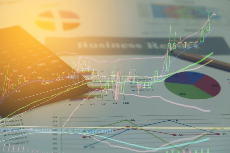 Cartas do papel do relatório comercial e gráficos financeiros do investimento do mercado de valores de ação fotografia de stock