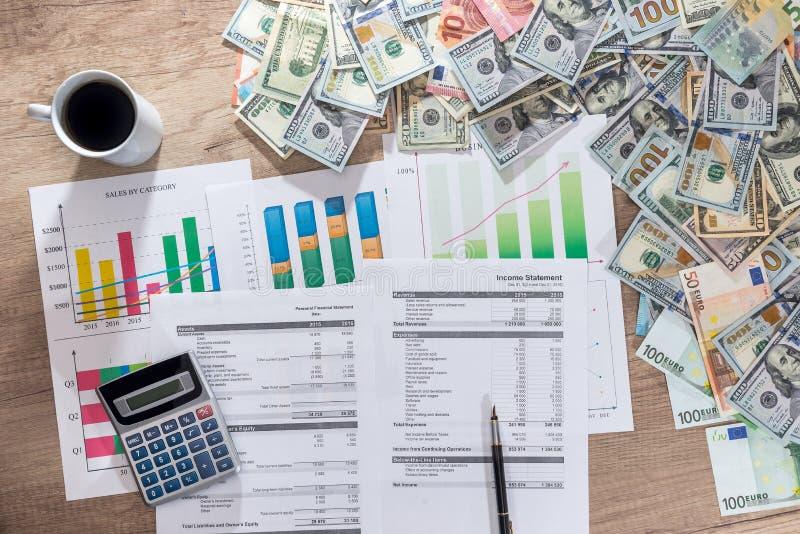 Cartas e gráficos de negócio que mostram resultados do planeamento financeiro bem sucedido foto de stock royalty free