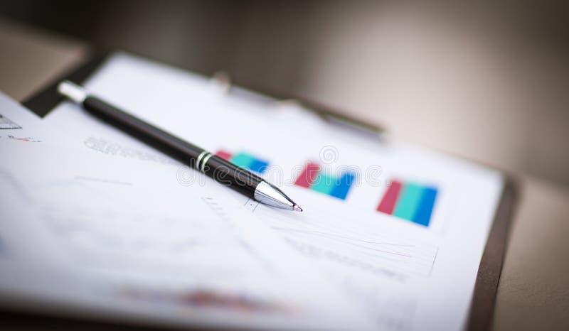 Cartas e gráficos financeiros imagens de stock