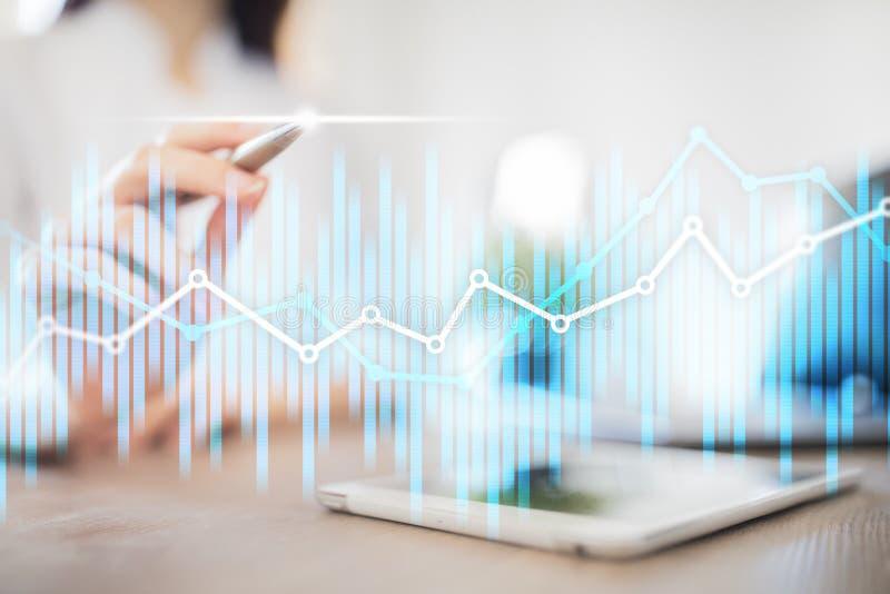 Cartas económicas y gráficos de la exposición doble en la pantalla virtual Comercio, concepto en línea del negocio y de las finan foto de archivo libre de regalías