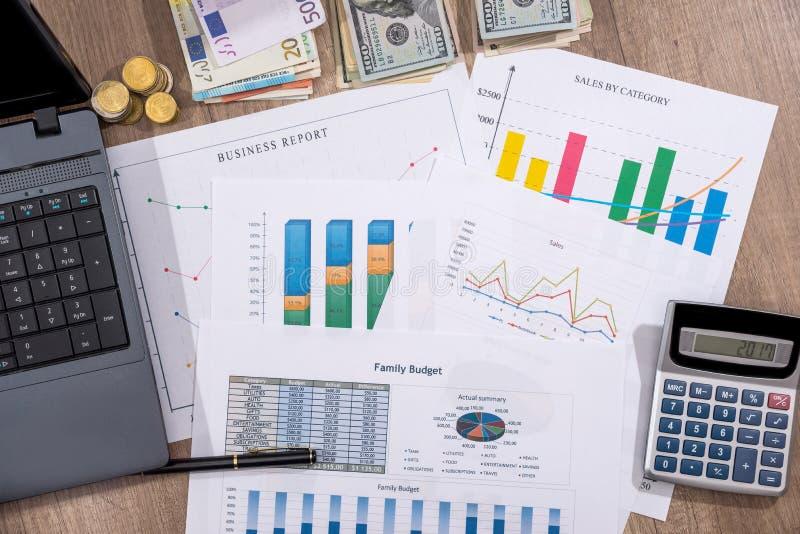 Cartas financeiras, gráficos, diagramas, relatório financeiro, computador e pena foto de stock