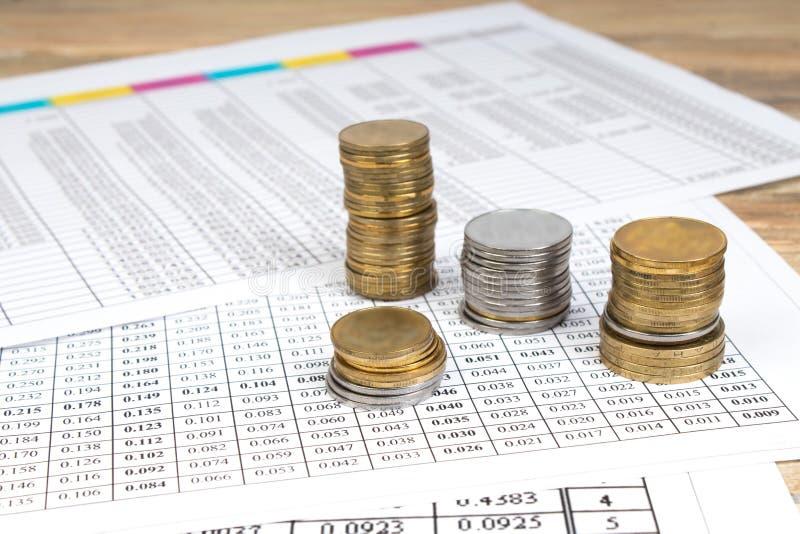 Cartas financieras, gráficos, uno, calculadora en una tabla de madera foto de archivo libre de regalías