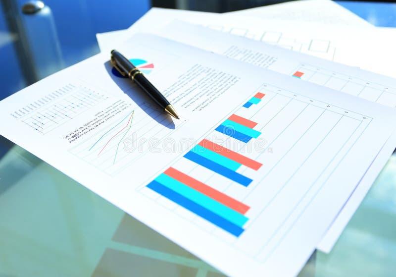 Cartas financieras y del negocio de color imagen de archivo libre de regalías