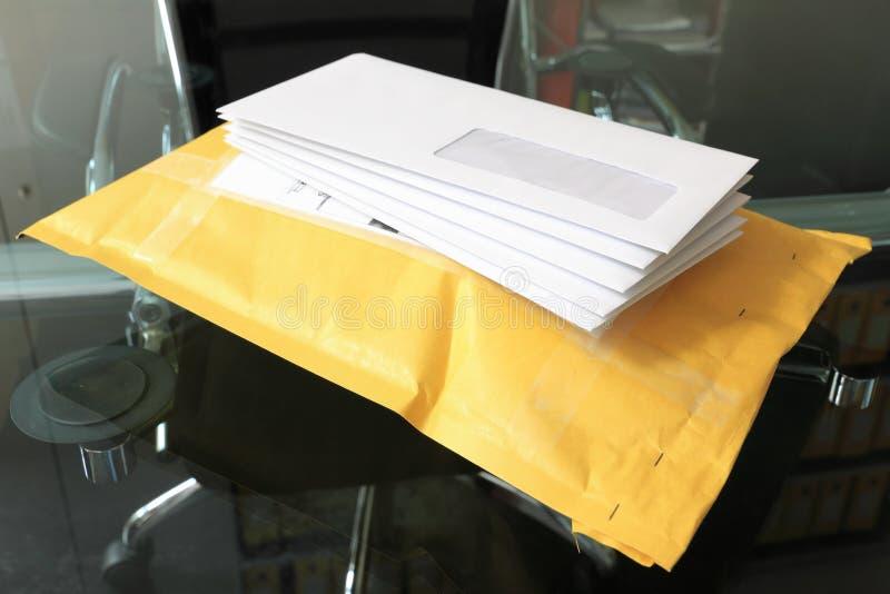 Cartas sobre el servicio postal de paquetes imagenes de archivo