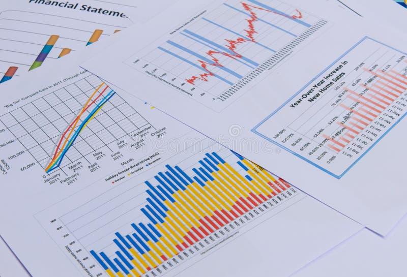 Cartas y gráficos de negocio foto de archivo