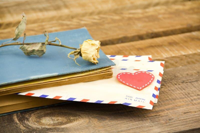 Cartas y rosa del amarillo fotografía de archivo libre de regalías