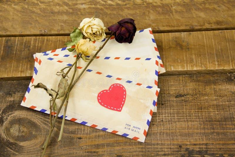 Cartas y rosas fotografía de archivo