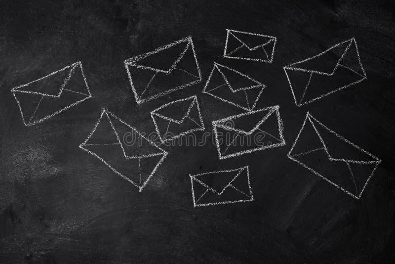 Cartas y sobres de mensajes imagenes de archivo