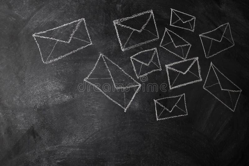 Cartas y sobres de mensajes extraídos imagenes de archivo