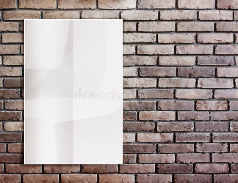 Cartaz amarrotado branco do molde na parede e na licença de tijolo do grunge imagem de stock