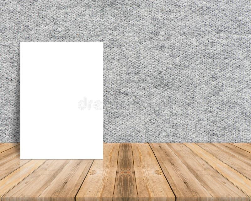 Cartaz branco vazio que inclina-se no tampo da mesa de madeira tropical com pano imagem de stock royalty free