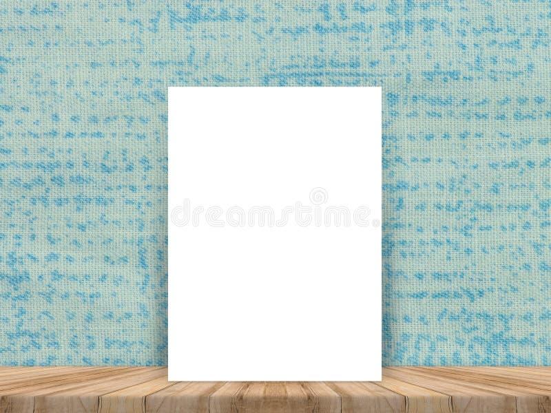 Cartaz branco vazio que inclina-se no tampo da mesa de madeira tropical com pano fotografia de stock royalty free