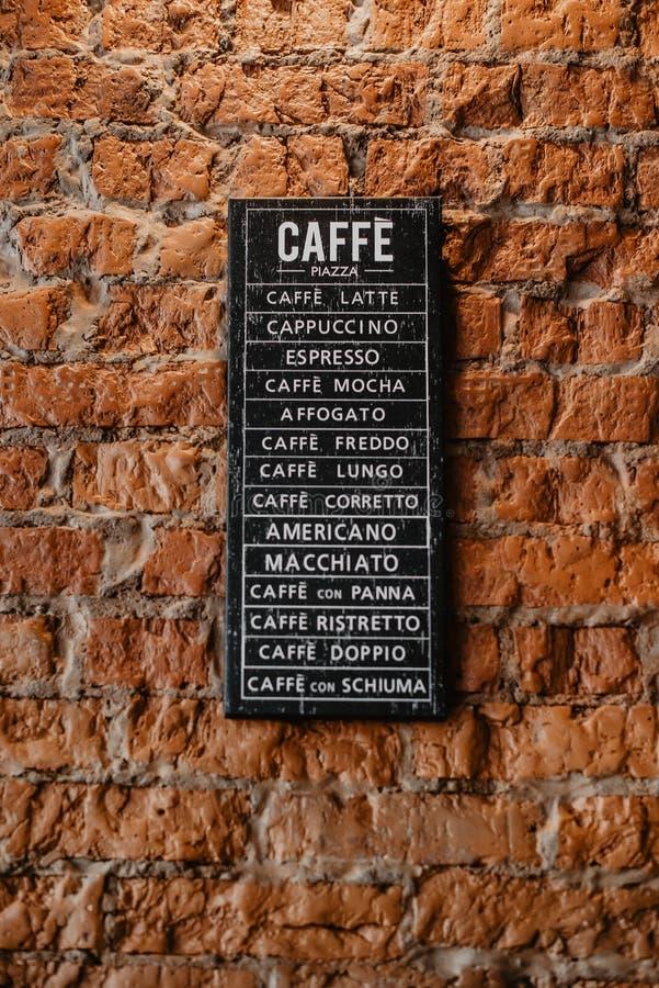 Cartaz com tipos do café na parede foto de stock royalty free