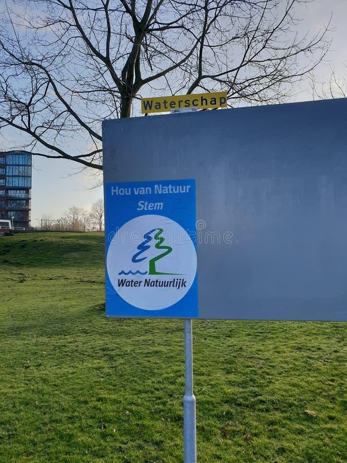 Cartaz da campanha para as eleições da autoridade de água no ijssel aan do antro de Nieuwerkerk nos Países Baixos imagem de stock